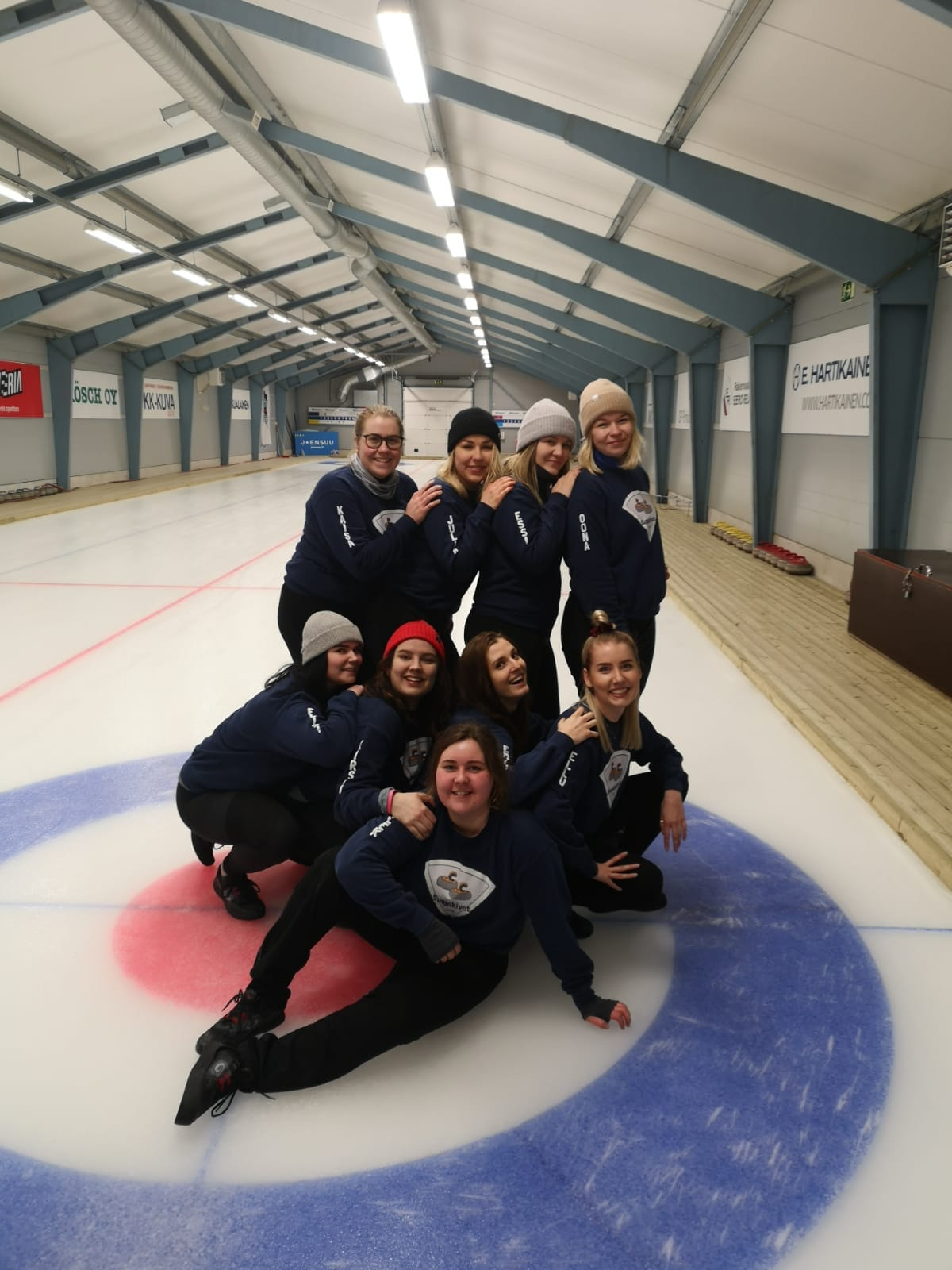 Student teams celebrating after a good season (Photo: Joensuu Curling Club)